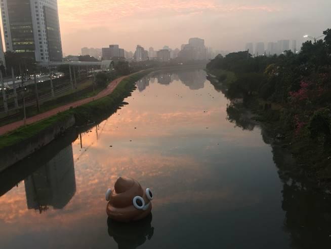"""Os infláveis possuem 4 x 4 metros e foram produzidos com PVC, um material reciclável. Após a retirada, o """"emoji"""" será encaminhado para reciclagem."""