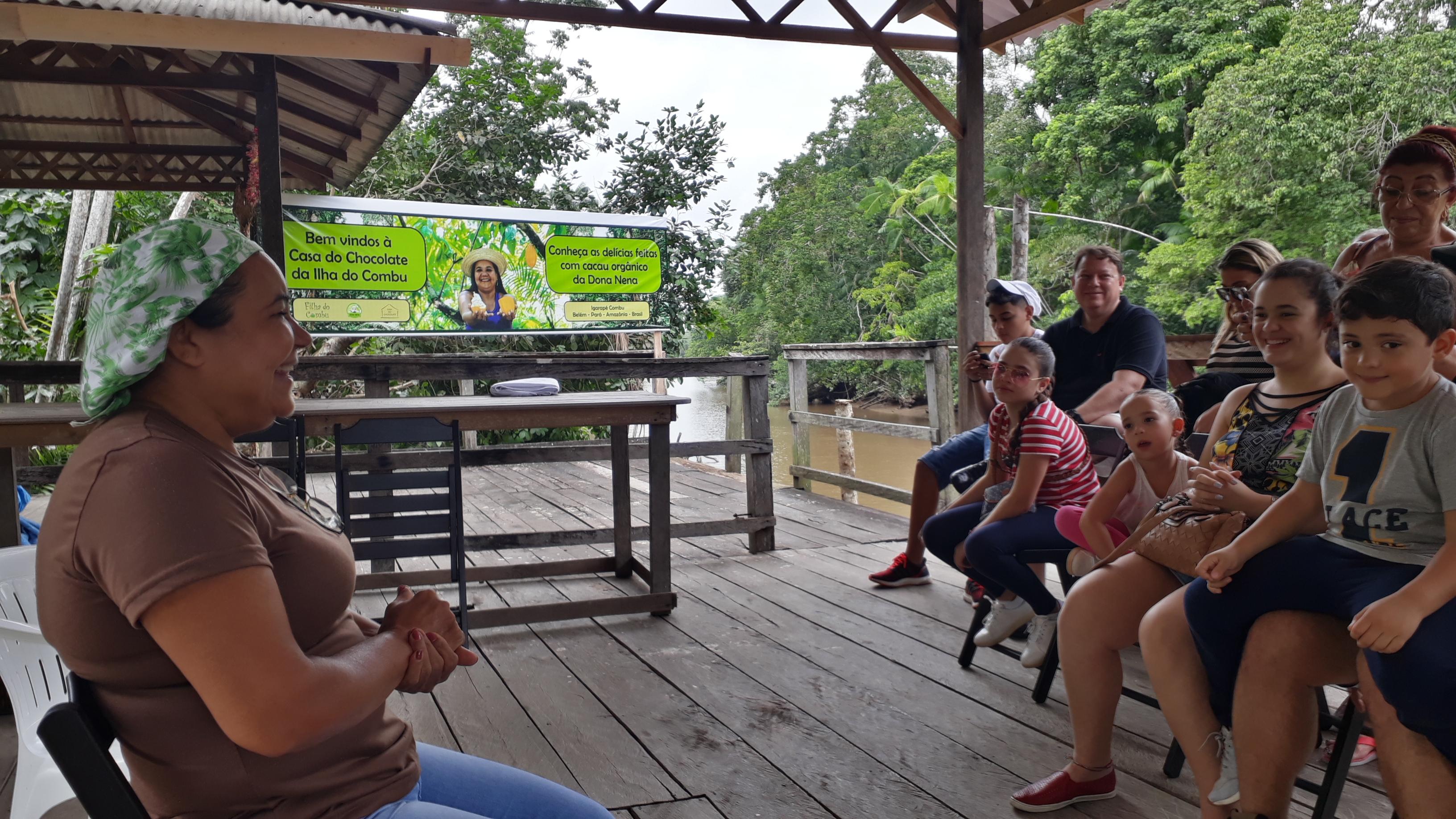 Dona Nena em visita guiada à fábrica de chocolate. Foto: Filha do Combu/ Divulgação